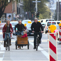 Die Haidhauser SPD testet den neuen Radweg (östlich des Rosenheimer Platzes), v.l.: Nina Reitz (BA5), Stadträte Nikolaus Gradl und Andreas Schuster