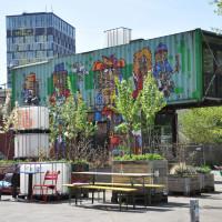 Blick ins Werksgelände auf einen Container mit Graffiti