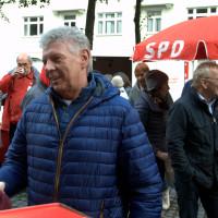 Aufmacherfoto mit Dieter Reiter, Personen im Hintergrund, roter SPD-Schirm