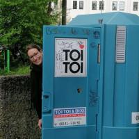 Lena Sterzer, stv. Bezirkausschussvorsitzende, mobile Toilette am Hypopark