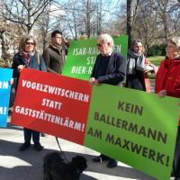Demonstranten mit Plakaten beim Maxwerk