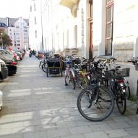 Abgestellte Fahrräder auf Gehsteig in der Schornstraße (Au)
