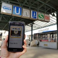 Smartphone mit W-WLAN-App am Ostbahnhof, in Hand gehalten