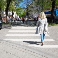 Montage Zebrastreifen und Füßgängerin am Pariser Platz
