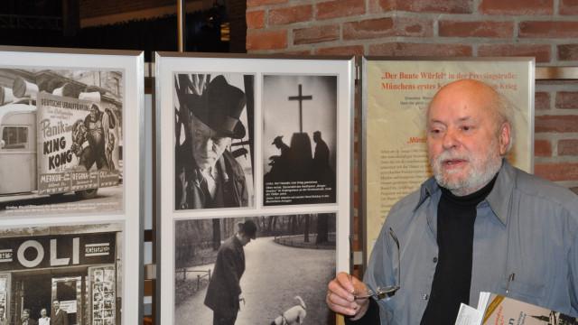 """Hermann Wilhelm vor den Exponaten """"Karl Valentin"""" und """"Bunter Würfel"""""""